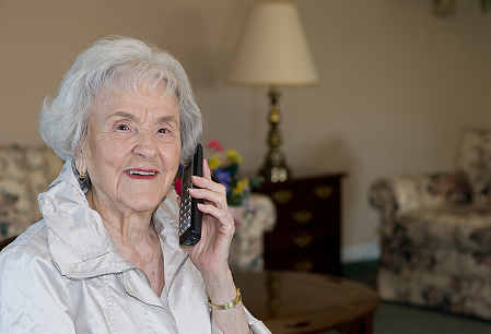 elderly woman victim of phone fraud